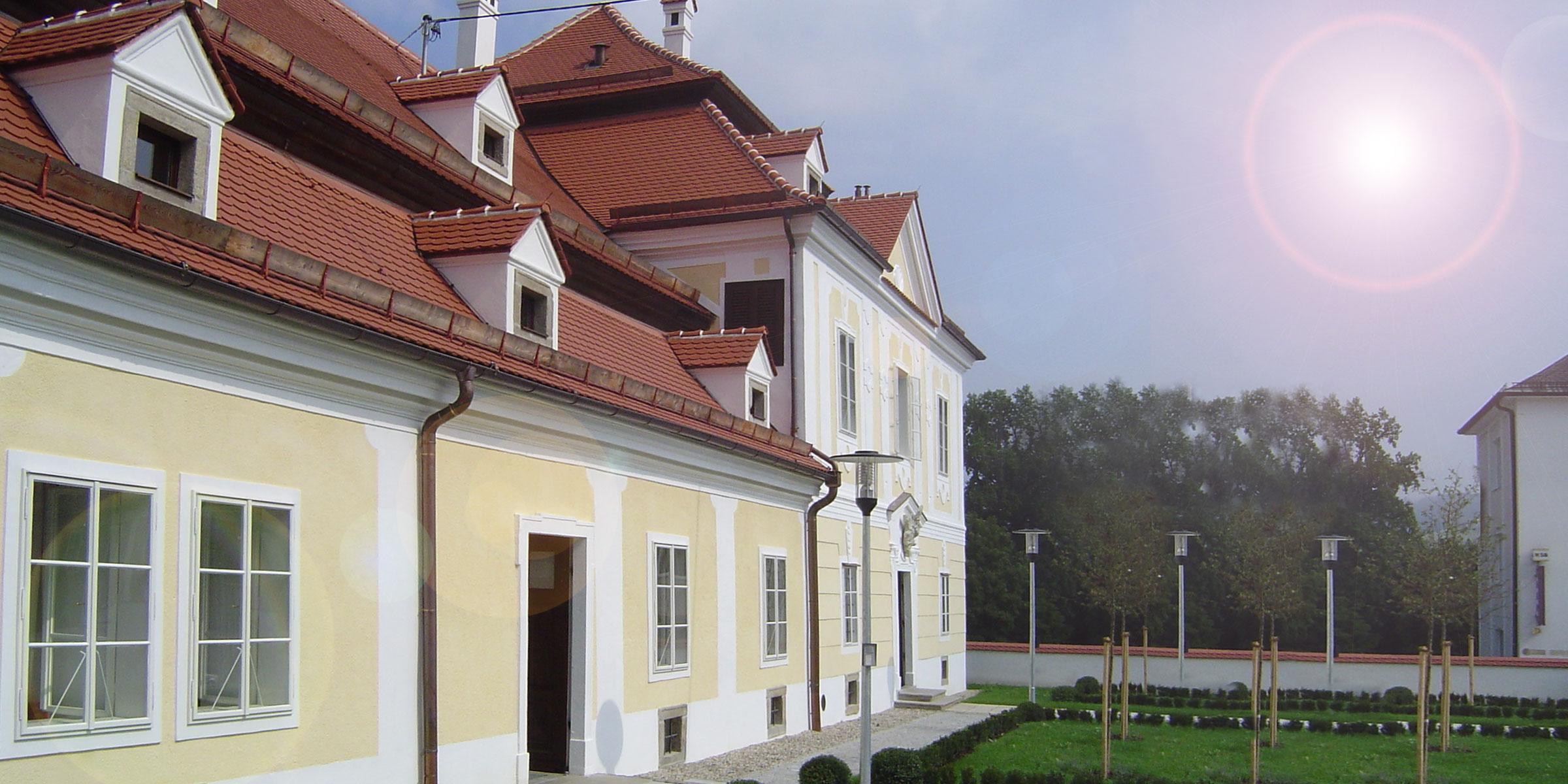 weisse Kastenfenster im alten Wohnhaus, frisch restauriert renoviert, Pfarrhaus Pfarrhäuser historische Einrichtungen Tischler Hans Hummer Feldkirchen an der Donau