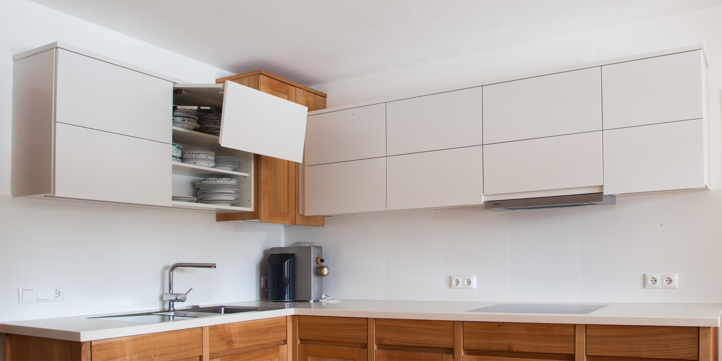 in (hauseigener) Kirsch  - massiv, matt lackiert kombiniert mit weiß lackiertem Oberbau u. Vorratszentrum Arbeitsplatte - CORIAN_Hans Hummer Tischler Innenausbau